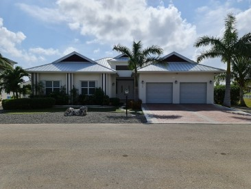 SPACIOUS 4 BED HOME IN THE SHORES